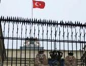 شاهد أولى لقطات رفع أنصار أردوغان علم تركيا فوق قنصلية هولندا باسطنبول