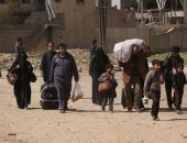 """مدنيون ينزحون من مدينتين سوريتين يسيطر عليهما تنظيم """"داعش""""بعد غارات"""