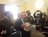 بالفيديو والصور.. محافظ بنى سويف يستخرج أول شهادة ميلاد من سجل قرية بهبشين