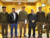 مدير أمن أسوان يكرم ضابطين و3 أمناء على جهودهم فى العمل