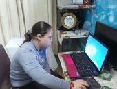 بالصور.. قصة معاقة ذهنيًا تحترف تصميم البرامج بفضل والدها الكهربائى