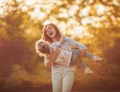 """11 طريقة يومية للتعبير عن حبك لأطفالك.. """"لا تقاطع كلامهم واغلق هاتفك"""""""