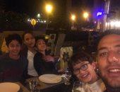 ميدو ينشر صورة له مع أسرته فى عزومة عشاء