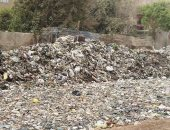 """بالصور.. تلال القمامة تحاصر أهالى """"جسر المنوات"""" بالجيزة"""