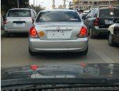 مواطن يرصد سيارة بدون لوحات معدنية بالزقازيق أمام مبنى محافظة الشرقية