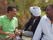 """خالد النبوى ينشر صورته مع أهل أسوان فى كواليس """"واحة الغروب"""""""