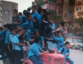 بالصور.. قارئ يرصد سيارة أجرة محملة بتلاميذ المدارس بطريق بهتيم