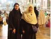 إلهام شاهين تهدى والدتها عمرة بمناسبة عيد الأم.. بصحبة بوسى