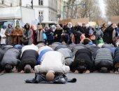 بالفيديو.. اشتباكات عنيفة بين شرطة باريس ومسلمين معارضين لإخلاء مسجد