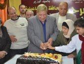 بالصور .. محافظ الإسماعيلية يشارك المسنين الإحتفال بعيد الأسرة والأم