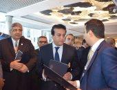 بالصور.. وزير التعليم العالى يتفقد معرض الشركات المشاركة فى مؤتمر السياحة