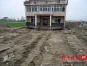 """بالصور.. مواطن صينى رفض هدم منزله فنقلته الحكومة """"هيلا بيلا"""" مسافة 150مترا"""