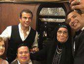 عمرو دياب يهنئ أحد أعضاء فرقته الموسيقية بمناسبة زفافه