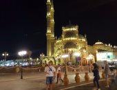 بالصور.. السائحون يلتقطون صورًا تذكارية أمام مسجد الصحابة بشرم الشيخ