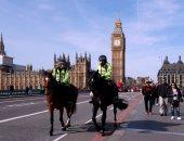 بريطانيون يضعون أكاليل الزهور فى موقع حادث لندن