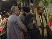 بالصور.. محمد صلاح يتلقى العزاء فى وفاة والد زوجته بالغربية