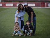 """عماد متعب ينشر صورة برفقة زوجته وابنتيه على فيس بوك: """"حياتى فى صورة"""""""