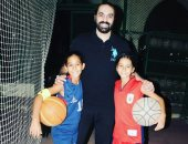 فيديو.. جمال حمزة يتقمص شخصية الزعيم فى مدرسة المشاغبين مع ابنته