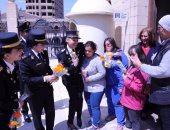 الشرطة النسائية تستقبل الأجانب بالأعلام والورود بالأماكن السياحية
