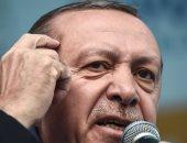 """بالفيديو.. أردوغان يرتدى ثوب التقوى ويقرأ """"الفاتحة"""" على قبر محمد الفاتح"""