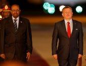 بالصور.. الرئيس السودانى يصل عمان للمشاركة فى القمة العربية