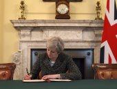 """بالصور.. """"ماى"""" توقع على المادة 50 من معاهدة لشبونة للخروج من الاتحاد الأوروبى"""