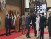 بالفيديو.. سقوط الرئيس اللبنانى أرضا أثناء التقاط صورة تذكارية لقادة القمة العربية