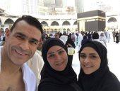 الحضرى ينشر صورا من داخل الحرم المكى مع زوجته.. ويعلق: عمرة مقبولة