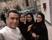 """شاهد.. """"بنات"""" الحضرى بملابس الإحرام فى المطار قبل أداء العمرة"""