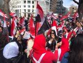 بالصور.. الجالية المصرية أمام البيت الأبيض تهتف: السيسى عمهم وحارق دمهم