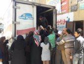 طرح سلع غذائية بأسعار مخفضة بمدينة الزرقا فى دمياط