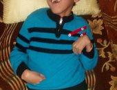 """بالصور.. الطفل """"محمد"""" مصاب بضمور فى المخ.. ووالده: """"طمنونى عليه وخدوا عمرى"""""""