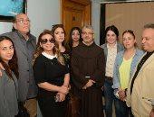 وفد من الفنانين يزور مصابى كنيسة طنطا بمعهد ناصر