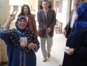 عجوز تصطحب ابنتها المعاقة فى الانتخابات التكميلية بالمنوفية