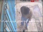 بالفيديو.. شاب يلقى سيجارة مشتعلة فى حفرة فتنفجر فى وجهه