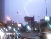 بالصور..البرق والرعد يضربان سماء العاصمة.. واستمرار سقوط الأمطار الغزيرة