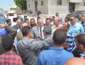 محافظ المنيا يتفقد قرية جبل الطير لمتابعة مشكلة المياه والصرف الصحى