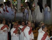 فيديو.. البابا تواضروس يحتفل بالعيد فى ساحة الكاتدرائية مع كورال الكنيسة
