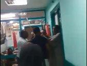 بالفيديو.. أهالى يعتدون على أمن مستشفى التأمين الصحى بأسوان