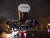 بالفيديو.. نقل طائرة روسية ضخمة تزن 50 طنا بجوار أحد ملاعب كأس العالم