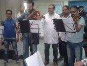 """فريق """"رباعى الأوتار"""" يعزف للمرضى بالعيادات الخارجية لمستشفى جامعة المنصورة"""