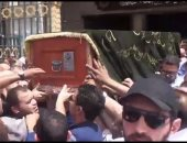 بالفيديو.. وصول جثمان والدة المخرجين شريف وعمرو عرفة لمسجد السيدة نفسية