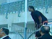 """بالفيديو.. """"لقطة المباراة"""" ميدو يتسلق سور الملعب لمتابعة لقاء دجلة والمقاصة"""