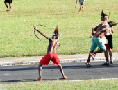 بالصور.. سكان البرازيل الأصليين يواجهون الشرطة بالسيوف والأسهم