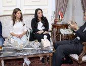 محافظ القاهرة يلتقى بفتيات عربة البرجر ويخصص ساحة لمشروعات الشباب بالنزهة