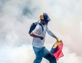 بالصور.. الشرطة الفنزويلية تفرق المتظاهرين بالقنابل المسيلة للدموع