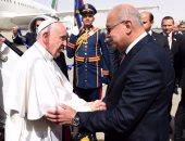 بالصور.. رئيس الوزراء يصل مطار القاهرة لاستقبال بابا الفاتيكان