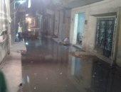 بالصور.. مياه الصرف تغرق شوارع عزبة المفتى فى إمبابة وتهدد منازلها