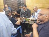 """بالصور.. علاء مبارك يلعب """"الطاولة"""" مع الأهالى على مقهى بإمبابة"""