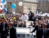 بالصور.. آلاف الكاثوليك يستقبلون بابا الفاتيكان بساحة القديس بطرس